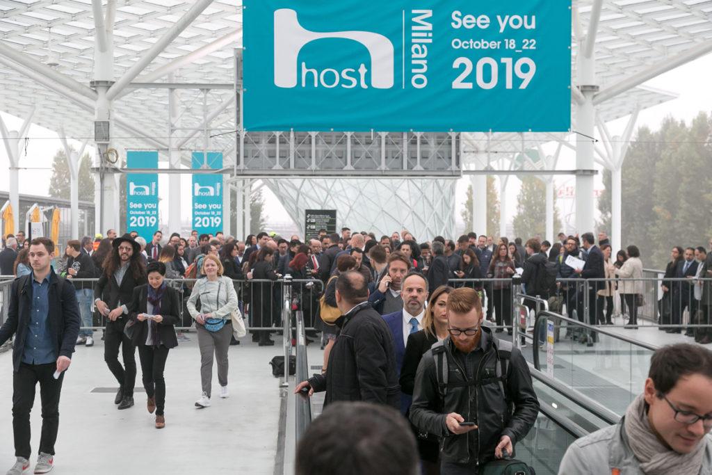 Host-Milano-folla